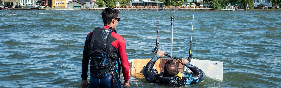 Arthur enseigne le kitesurf à un élève